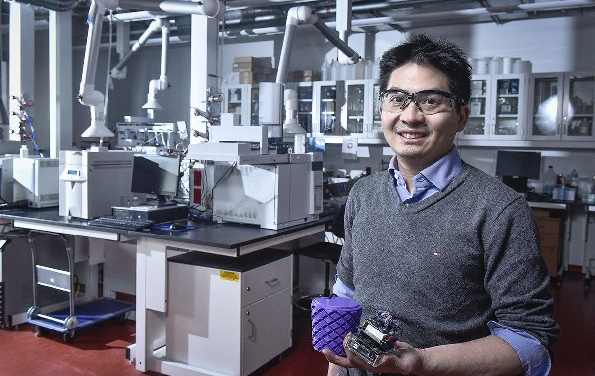Ron Soong ha construido un dispositivo de laboratorio de asistencia para estudiantes con desafíos físicos que pueden verter, hablar y registrar datos. (foto de Ken Jones)
