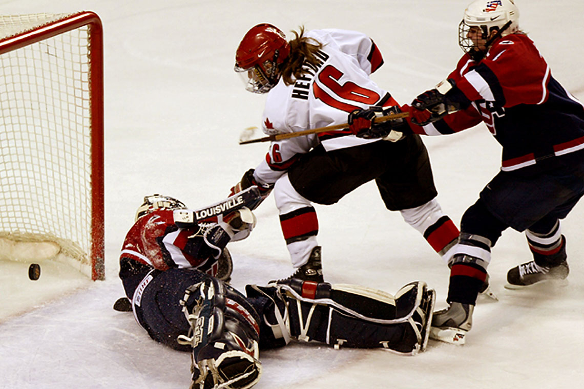Photo of Jayna Hefford playing