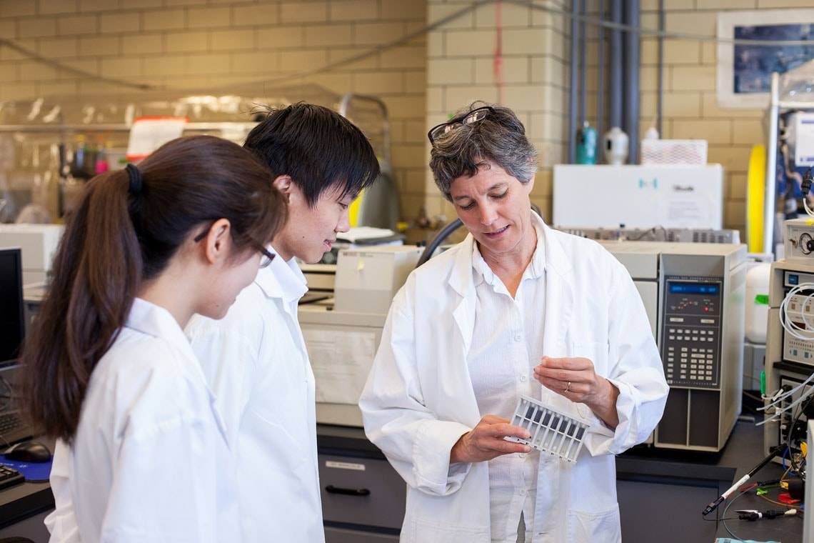 Elizabeth Edwards and two students in the lab