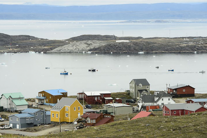 Photo of Iqualuit, Nunavut in the foreground, the ocean in the background