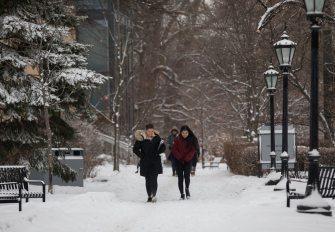Students walk through the Sir Daniel Wilson quad in the winter.